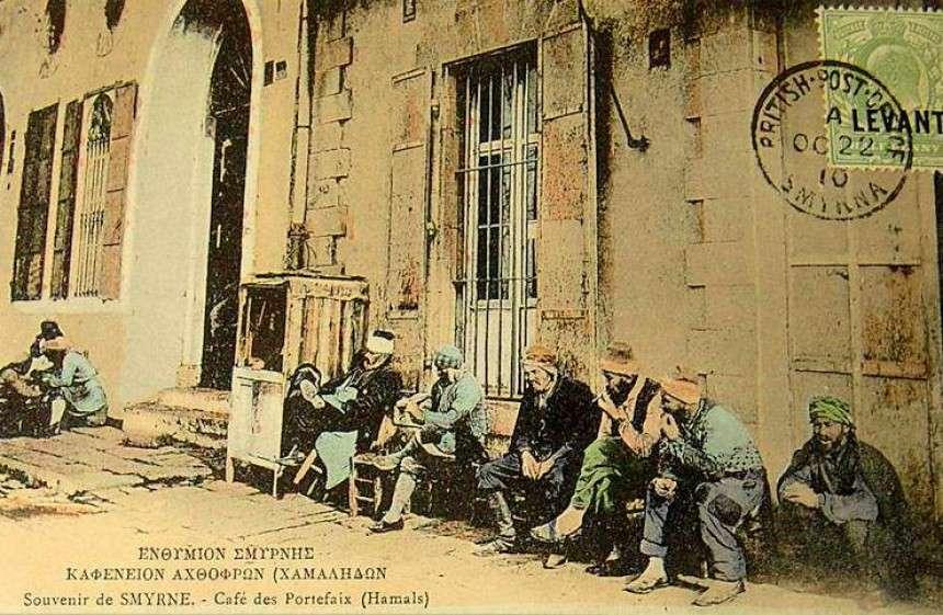 Αχθοφόροι (χαμάληδες) ξαποσταίνουν στο καφενείο περιμένοντας να τους προσλάβουν σε δουλειά. Πηγή: www.lifo.gr