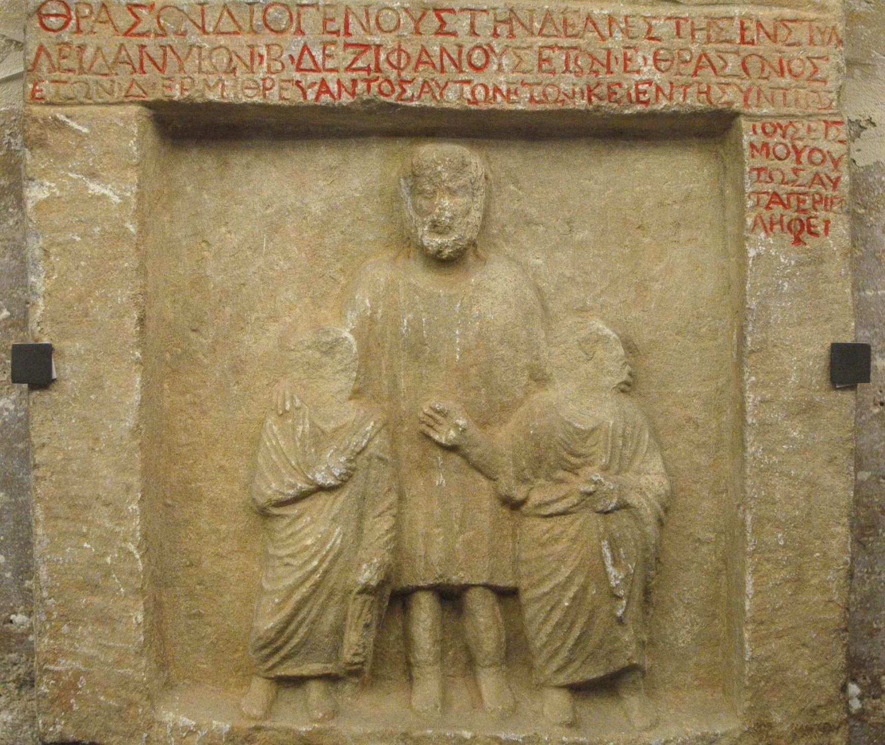 Ταφική στήλη δύο μικρών παιδιών με τον παιδαγωγό τους, οι οποίοι βρήκαν το θάνατο σε σεισμό, Νικομήδεια, 1ος αιώνας π.Χ., Μουσείο του Λούβρου