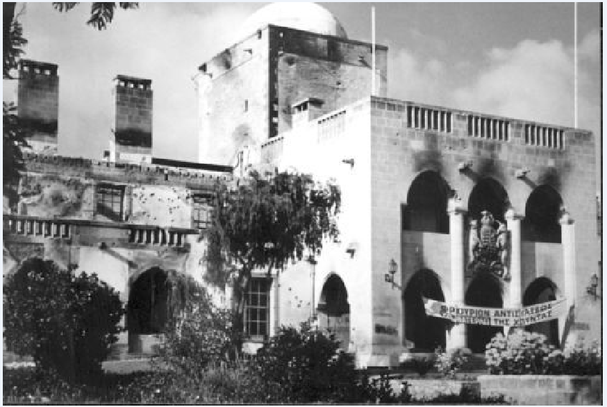 Επιβεβαιώνοντας τις χειρότερες προβλέψεις του Γ. Σεφέρη, η δικτατορία των συνταγματαρχών κατέρρευσε, με τη μεσολάβηση μιας εθνικής τραγωδίας