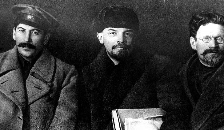 Στάλιν, Λένιν (από αριστερά προς τα δεξιά)