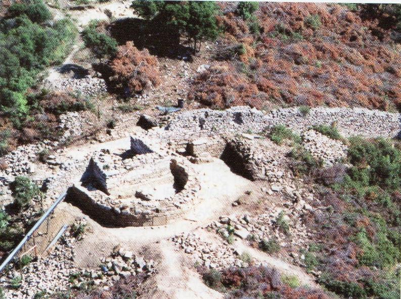 Το βυζαντινό διατείχισμα και ο τετράγωνος πύργος του, κτισμένος μέσα ακριβώς στο αψιδωτό οικοδόμημα.
