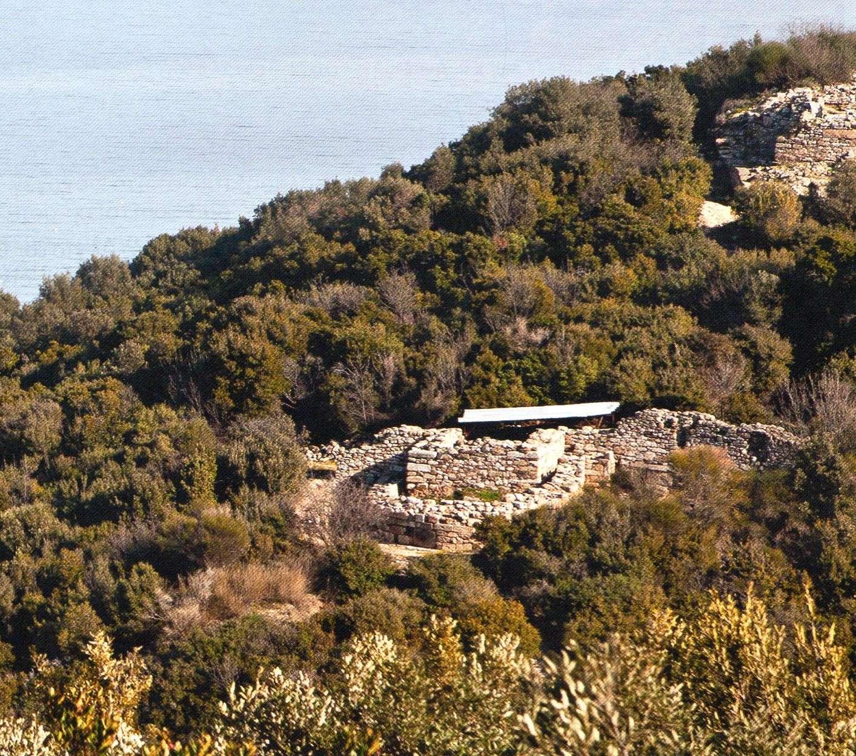 Ερείπια κτισμάτων διαφορετικών εποχών . Αεροφωτογραφία από νότια.