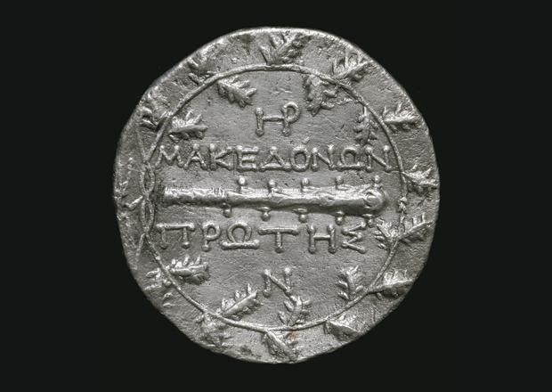 Οπισθότυπος τετράδραχμου του κοινού των Μακεδόνων, με ρόπαλο, στεφάνι βελανιδιάς και κεραυνό αριστερά. 158-150 π.Χ. Αρχαιολογικό Μουσείο Πέλλας