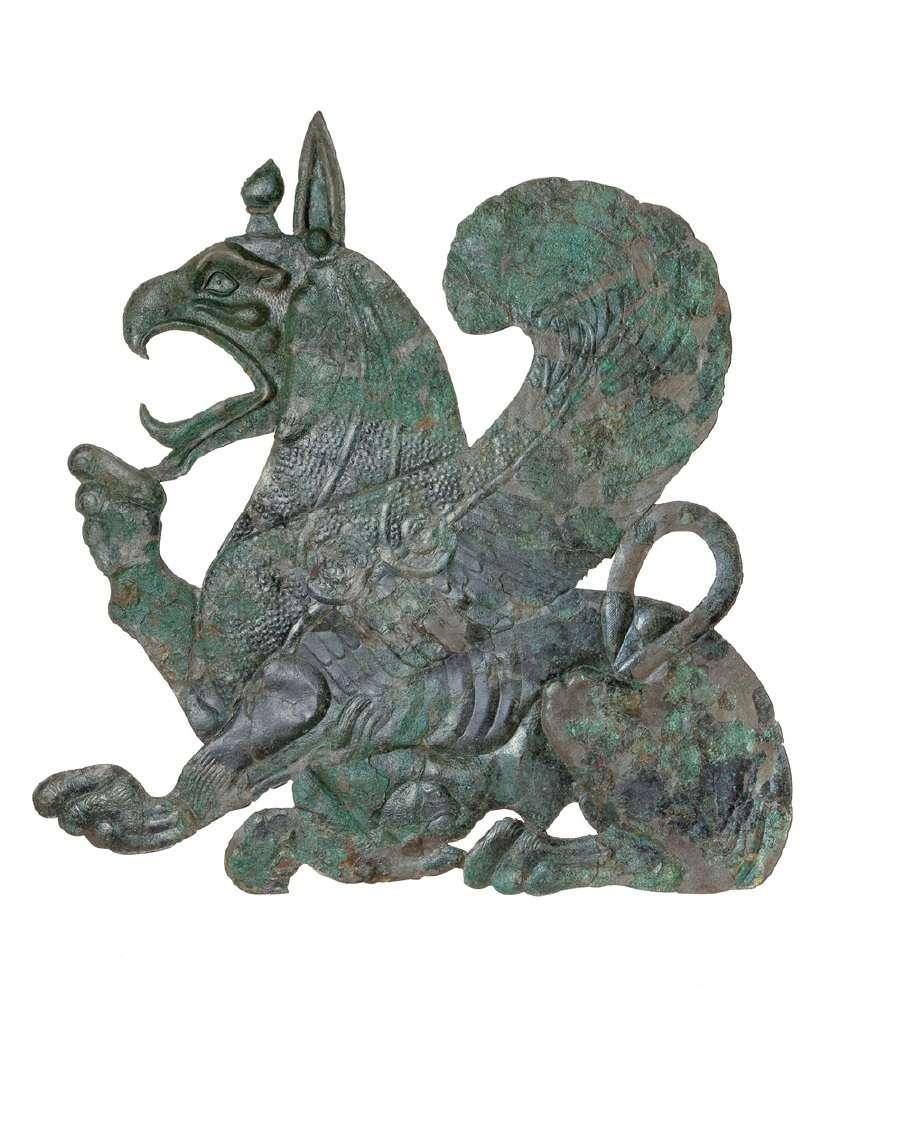 Γρύπαινα που θηλάζει το μικρό της. Χάλκινο περίτμητο σφυρήλατο έλασμα μνημειακών διαστάσεων. Προϊόν κορινθιακού εργαστηρίου, 630-620 π.Χ. Αρχαιολογικό Μουσείο Ολυμπίας