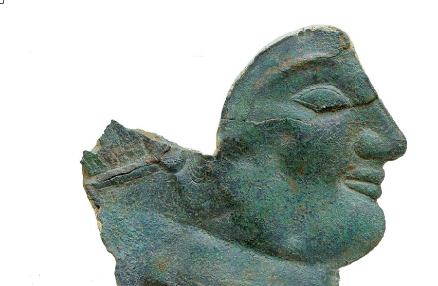 Χάλκινο σφυρήλατο έλασμα με γυναικεία μορφή. Τέλος 6ου αιώνα π.Χ. Αρχαιολογικό Μουσείο Ολυμπίας