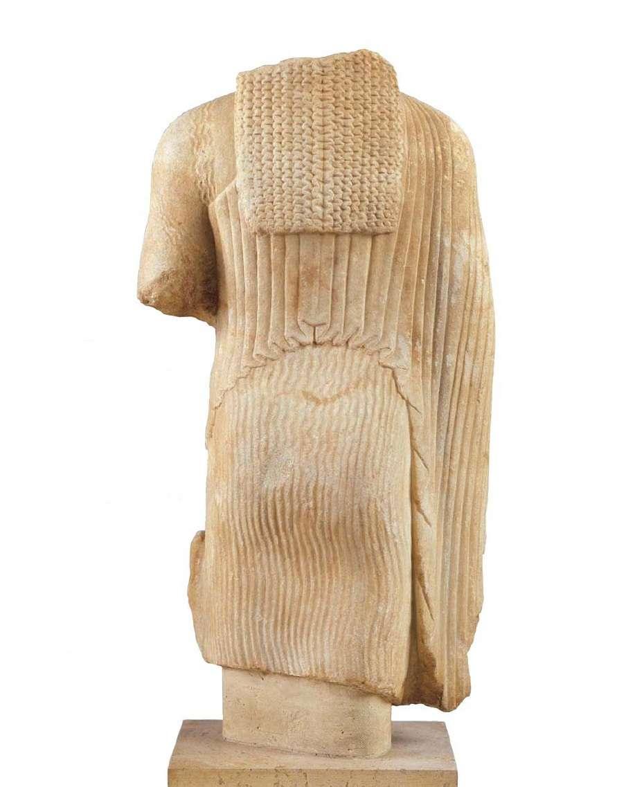Κορμός κόρης που φορεί χιτώνα χειριδωτό και λοξό ιμάτιο. Ραιδεστός ή Βιζύη Ανατολικής Θράκης, τέλη 6ου αιώνα π.Χ. Αρχαιολογικό Μουσείο Θεσσαλονίκης