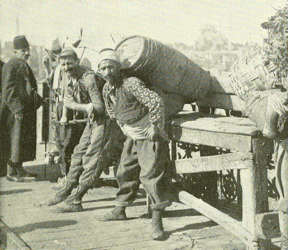 Οι χαμάληδες της Πόλης συγκροτούσαν ένα πανίσχυρο σινάφι, που διέθετε πάμπολλες διασυνδέσεις με τον υπόκοσμο, με τους καπανταήδες.