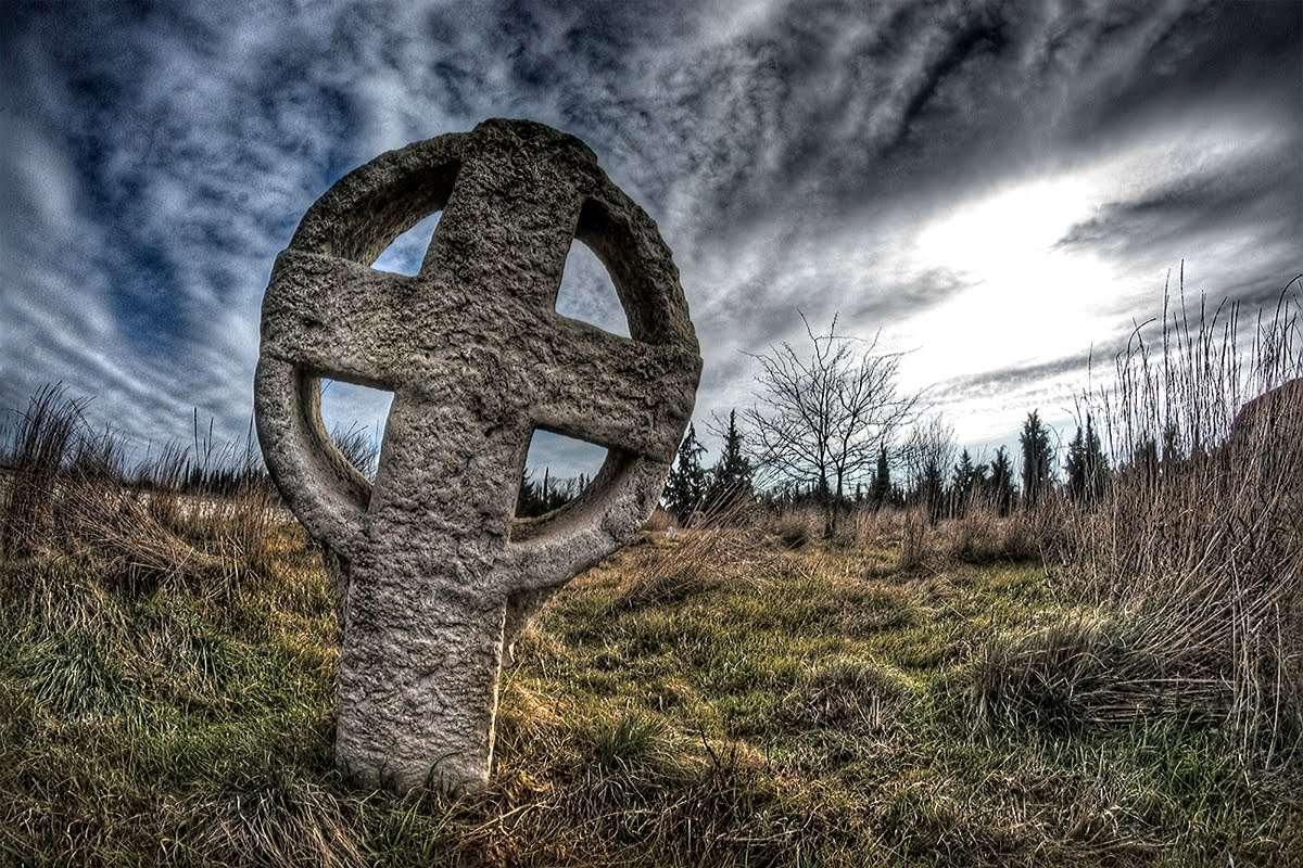 Κέλτικος σταυρός σε παλιό νεκροταφείο των Βογομίλων στη Νέα Χαλκηδόνα. Celtic cross in an old cemetery of Bogomillas in Nea Chalkidona