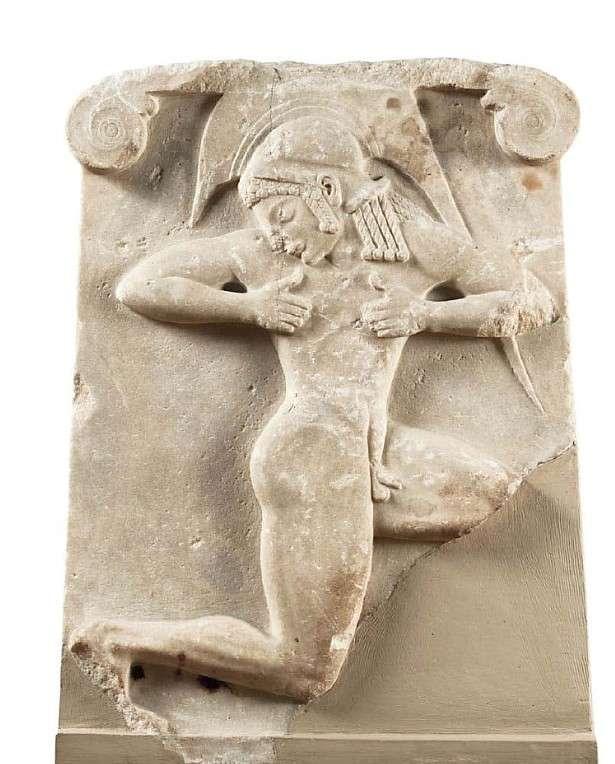 Οπλιτοδρόμος, ανάγλυφη τραπεζιόσχημη πλάκα που βρέθηκε στην Αθήνα. Γύρω στο 500 π.Χ. Εθνικό Αρχαιολογικό Μουσείο. Stretcher, embossed billboard found in Athens. Around 500 BC National Archaeological Museum