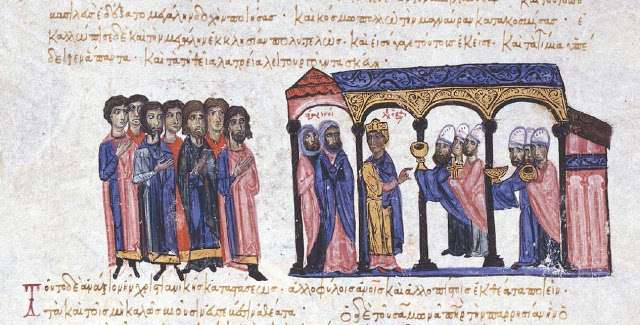 """Ο Βυζαντινός αυτοκράτωρ Λέων ΣΤ' ο Σοφός δείχνει τα ιερά σκεύη της Αγίας Σοφίας στους Άραβες πρέσβεις από την Ταρσό και τη Μελιτηνή. Μικρογραφία στο χειρόγραφο """"Σκυλίτζης της Μαδρίτης""""."""