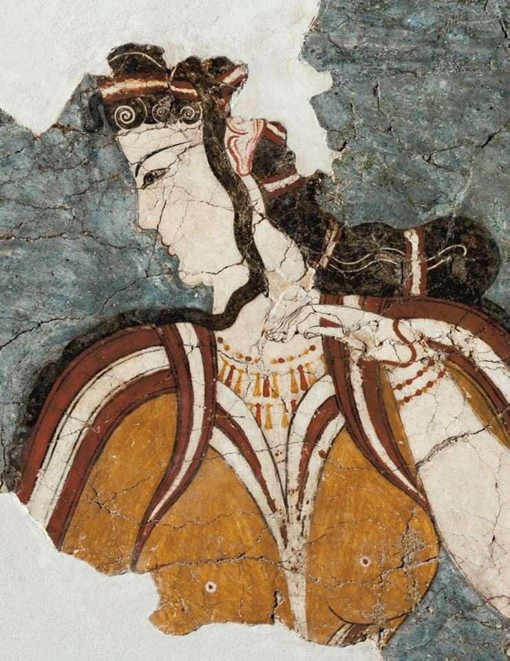 Η «Μυκηναία». Τοιχογραφία από την περιοχή του Θρησκευτικού Κέντρου. 1250 π.Χ. Η πανέμορφη γυναίκα με την περίτεχνη κόμμωση, το επίσημο ένδυμα και τα πλούσια κοσμήματα στο λαιμό και τα χέρια απεικονίζει προφανώς μια θεά. © Ελληνικό Υπουργείο Πολιτισμού και Αθλητισμού