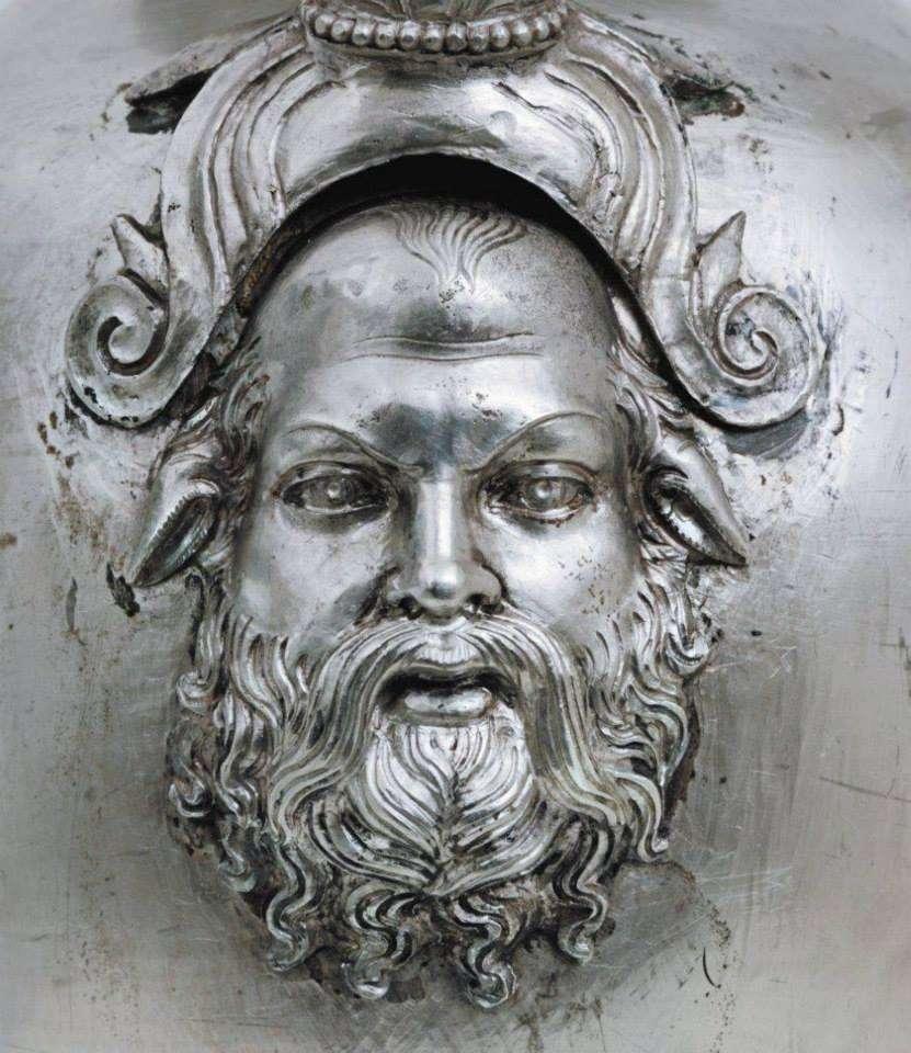 Κεφάλι σάτυρου από τη διακόσμηση ασημένιας οινοχόης από τον τάφο του Φιλίππου Β'. Φωτογραφία από το βιβλίο «Αιγές – Η Βασιλική Μητρόπολη των Μακεδόνων»