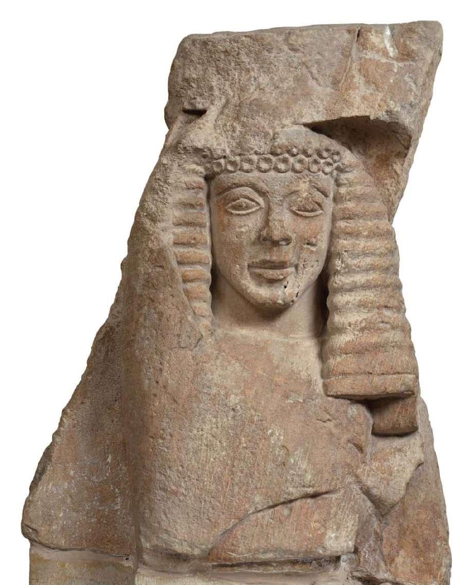 Θραύσμα αναγλύφου από πωρόλιθο. Βρέθηκε στην ακρόπολη των Μυκηνών και παριστάνει γυναικεία μορφή, πιθανότατα θεά. 630-620 π.Χ. Εθνικό Αρχαιολογικό Μουσείο. Fragment of granite made of porosity. It was found on the acropolis of Mycenae and represents a female figure, probably a goddess. 630-620 BC National Archaeological Museum.