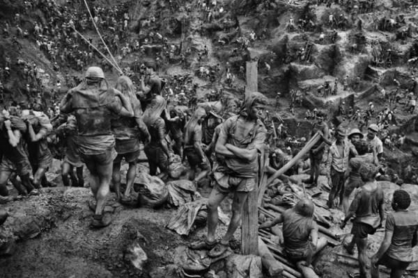 φωτογραφία του Sebastiao Salgado από το ορυχείο χρυσού στη Serra Pelada, Βραζιλία.