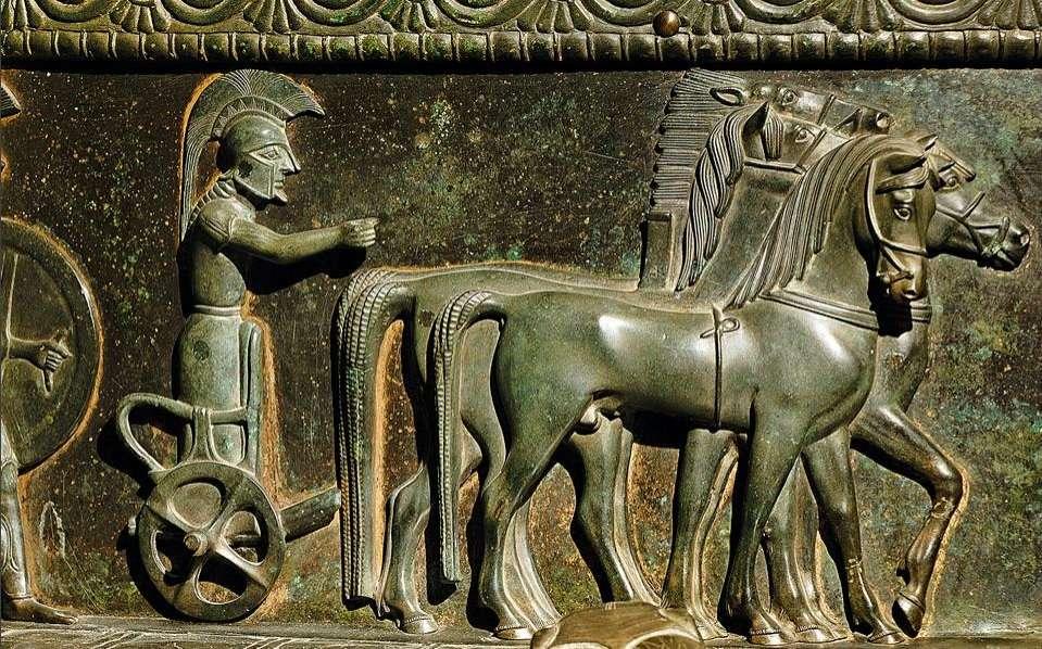 Λεπτομέρεια με τέθριππο από τον περίφημο κρατήρα του Βιξ. Έργο λακωνικής τεχνοτροπίας του 6ου αιώνα π.Χ., που βρέθηκε σε τάφο, στη Βουργουνδία. Quadruple detail from the famous Vix crater. A 6th-century BC laconic work, found in a tomb, in Burgundy.