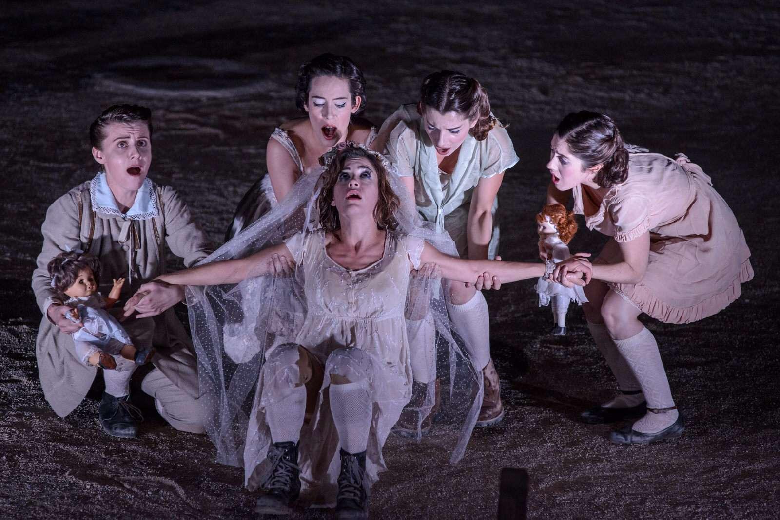 Αντιγόνη του Σοφοκλή. Συμπαραγωγή του Εθνικού Θεάτρου με το Κρατικό Θέατρο Βορείου Ελλάδας και τον Θεατρικό Οργανισμό Κύπρου, σε σκηνοθεσία Στάθη Λιβαθινού,