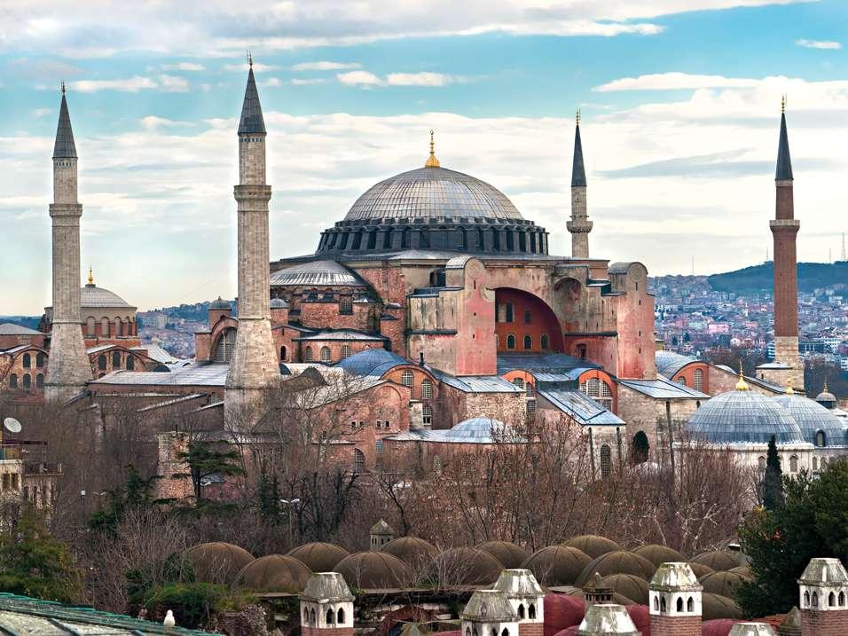 Στις 27 Δεκεμβρίου 537, δύο ημέρες μετά τα Χριστούγεννα, εγκαινιάστηκε ο νέος ναός της Αγίας Σοφίας.