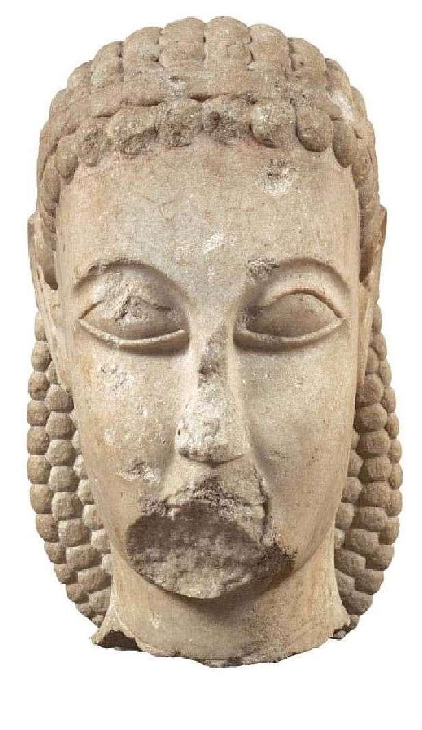 Κεφαλή κούρου υπερβολικού μεγέθους. Βρέθηκε στον Κεραμεικό, κοντά στο Δίπυλο. Εθνικό Αρχαιολογικό Μουσείο. Excessive kouro head. It was found in Kerameikos, near Dipylos. National Archaeological Museum.