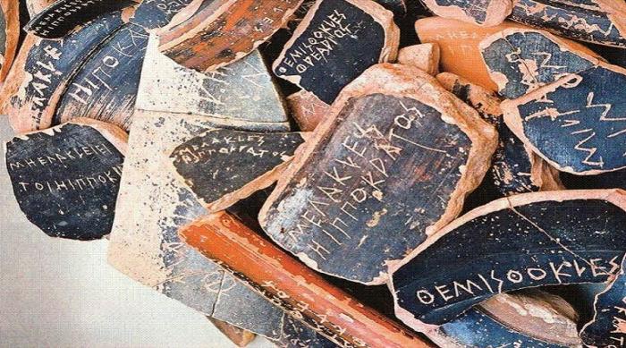 Όστρακα με ονόματα Αθηναίων πολιτών. Φωτογραφία του Gösta Hellner, Γερμανικό Αρχαιολογικό Ινστιτούτο Αθήνας (1963)