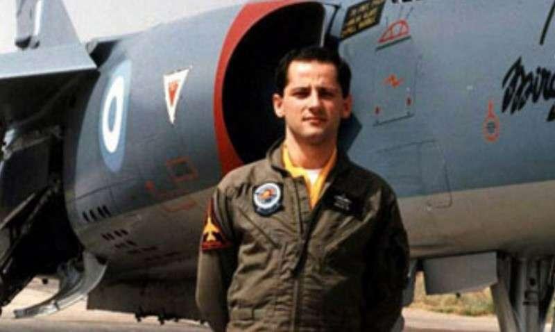 Νικόλαος Σιαλμάς. Γεννήθηκε το 1965 στο Θέρμο Αιτωλοακαρνανίας. Εισήλθε στη Σχολή Ικάρων το Σεπτέμβριο του 1984 και αποφοίτησε τον Ιούνιο του 1988 με το βαθμό του ανθυποσμηναγού. Σκοτώθηκε κοντά στον Άγιο Ευστράτιο, κατά τη διάρκεια αποστολής αναχαιτίσεως τουρκικών αεροσκαφών, χειριζόμενος αεροσκάφος F-1CG της 342 Μοίρας Παντός Καιρού της 114 Πτέρυγας Μάχης (Τανάγρα), στις 18 Ιουνίου 1992.
