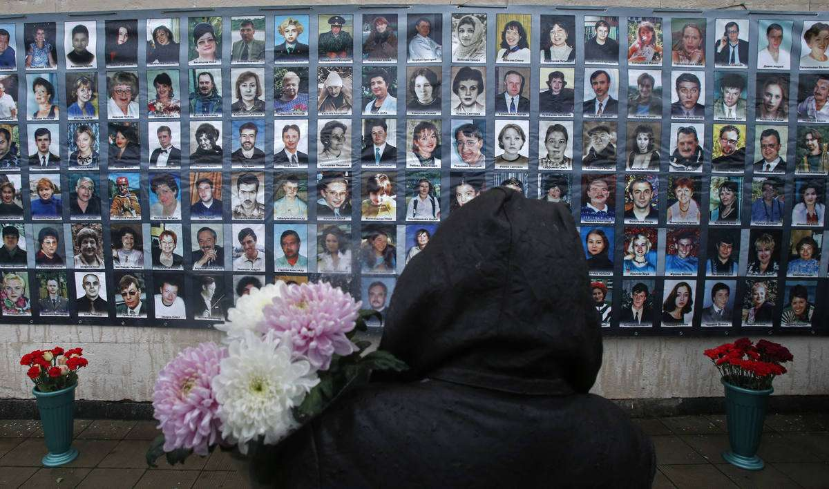 Τα θύματα του θεάτρου της Μόσχας. Η ομηρία είχε ξεκινήσει στις 23 Οκτωβρίου, όταν κατά τη διάρκεια της παράστασης 21 Τσετσένοι τρομοκράτες και 19 μαύρες χήρες εισέβαλαν από τη σκηνή ζωσμένοι σαν αστακοί. Πέραν του οπλισμού που είχαν στα χέρια τους τοποθέτησαν στο θέατρο, 30 εκρηκτικούς μηχανισμούς, 16 χειροβομβίδες F1 και άλλες 86 αυτοσχέδιες, με συνολικό βάρος του ΤΝΤ τα 120 κιλά.