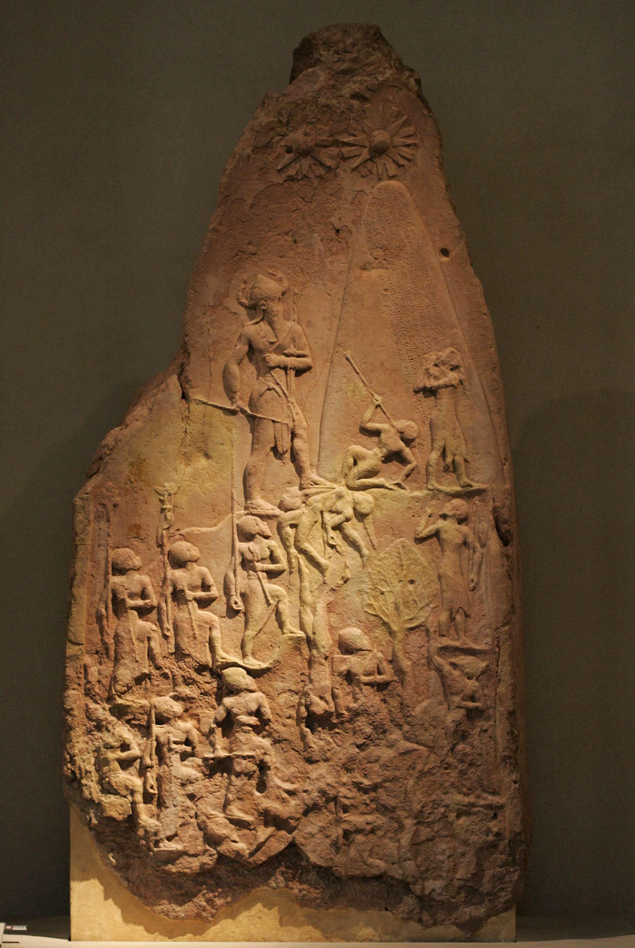 Σχετικά σωζόμενα μνημεία, όπως η νικητήρια στήλη του Naramsin, επιδιώκουν κατά κύριο λόγο να δοξολογήσουν και να διατηρήσουν στη μνήμη τις νίκες του ηγεμόνα και τις διακρίσεις του στα πεδία της μάχης.