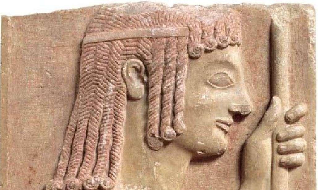 Τμήμα μεγάλης επιτύμβιας στήλης στην οποία εικονίζεται η μορφή ενός νέου ακοντιστή. Από την Αθήνα, 550-540 π.Χ. Εθνικό Αρχαιολογικό Μουσείο. Part of a large tombstone depicting the shape of a new sharpener. From Athens, 550-540 BC National Archaeological Museum.