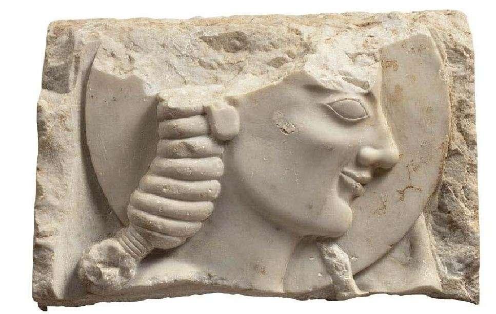Τμήμα επιτύμβιας στήλης με παράσταση νέου που κρατάει δίσκο (γύρω στο 550 π.Χ.) Εθνικό Αρχαιολογικό Μούσειο.