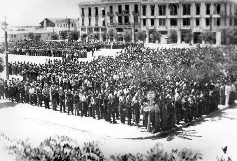 Οι Εβραίοι της Θεσσαλονίκης στην πλατεία Ελευθερίας λίγο πριν βρεθούν στα στρατόπεδα συγκέντρωσης.