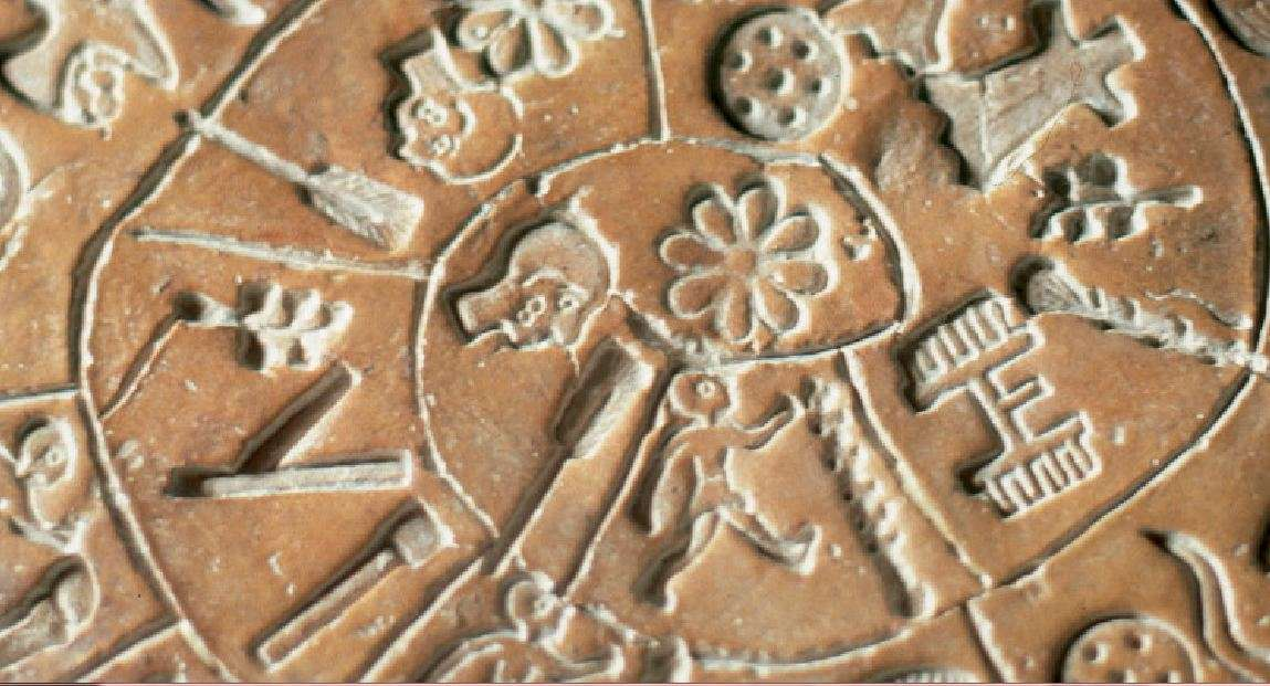 Ο δίσκος της Φαιστού έχει κεντρίσει τη φαντασία πολλών αρχαιολόγων, επαγγελματιών και μη, και έχουν γίνει αρκετές προσπάθειες αποκρυπτογράφησής του. Έχουν προταθεί πάρα πολλές ερμηνείες του κειμένου του, όπως ότι πρόκειται για προσευχή, για τη διήγηση μίας ιστορίας, για ένα γεωμετρικό θεώρημα, για ημερολόγιο κ.ά..