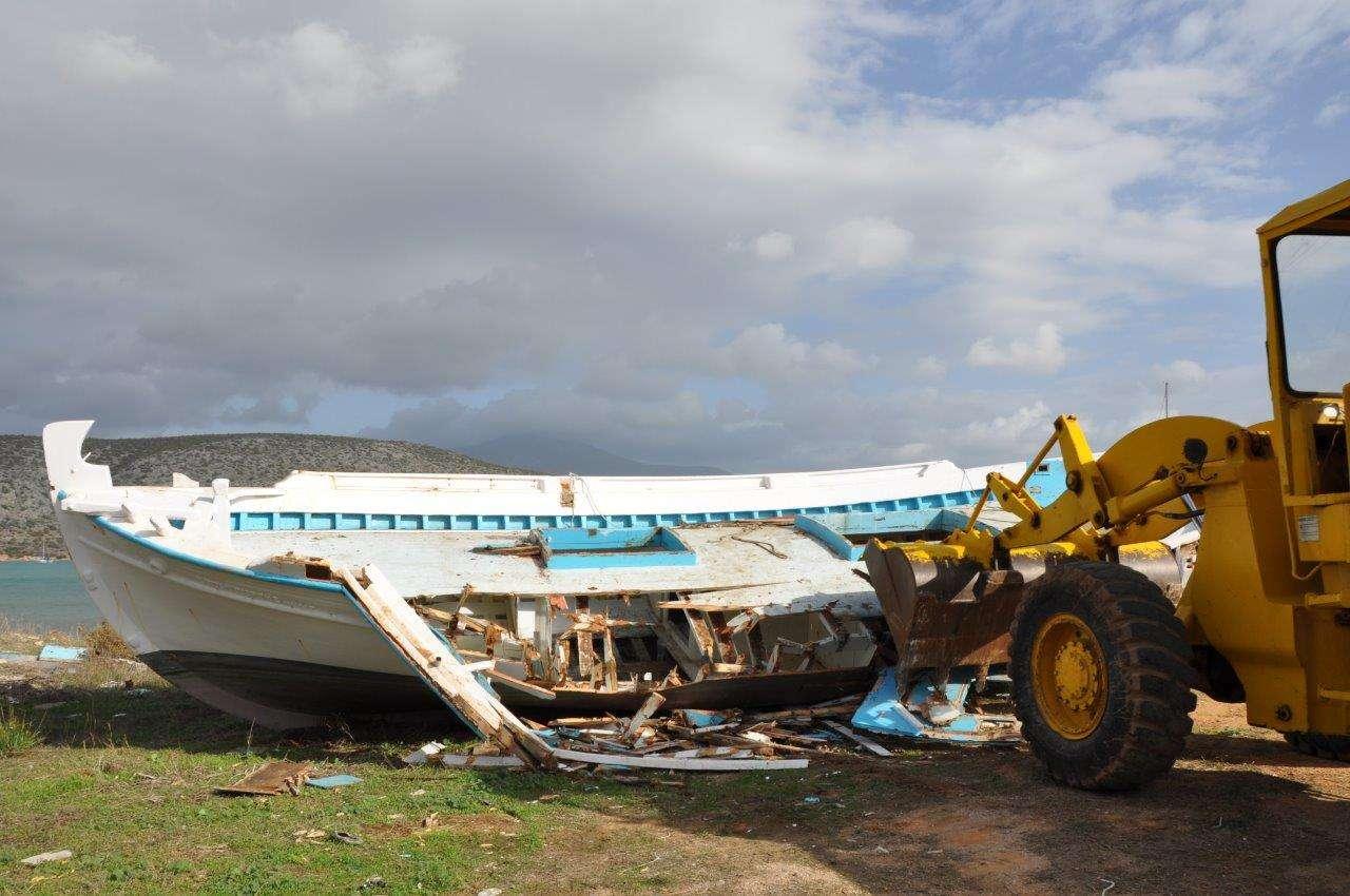 Από τις αμέσως επόμενες ημέρες αρχίζει νέα καταστροφή. Όταν θα ολοκληρωθεί αυτή η απόσυρση η πολιτιστική μας κληρονομιά θα θρηνεί 13.785 αλιευτικά ξύλινα κυρίως παραδοσιακά σκάφη προς τις χωματερές.