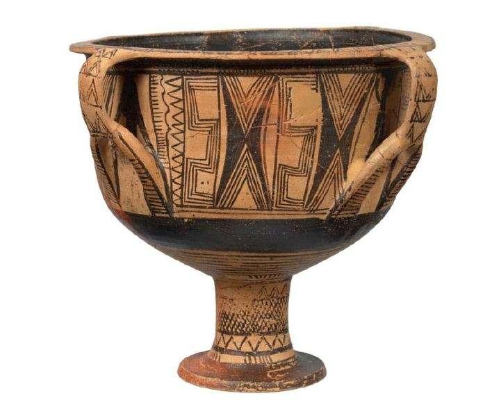 Κρατήρας με ψηλό πόδι και τέσσερις λαβές. Χαρακτηριστικό δείγμα της γεωμετρικής κεραμικής της Θεσσαλίας. (850-800 π. Χ.). Εθνικό Αρχαιολογικό Μουσείο.