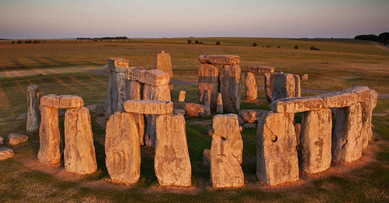 Stonehenge (γύρω στο 2000 π.Χ) Αγγλία, Salisbury. Ογκόλιθοι που έχουν σκόπιμα τοποθετηθεί έτσι ώστε να σχετίζονται με την ανατολή του ηλίου στο θερινό ηλιοστάσιο και τη δύση του στο χειμερινό. Η λειτουργία του συνόλου και η πιθανή σημασία του παραμένουν αβέβαιες.