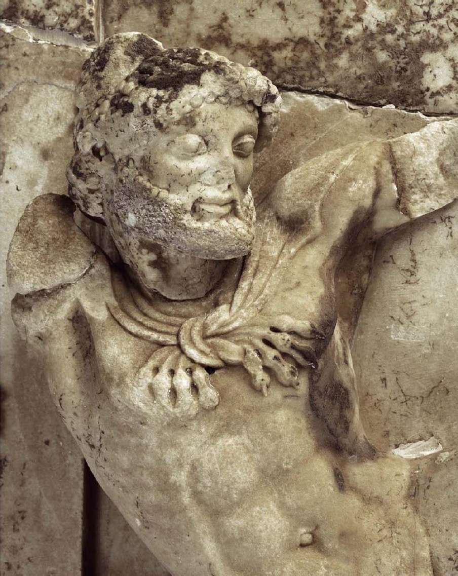 Μετόπη της βόρειας πλευράς του θησαυρού των Αθηναίων. Ο Ηρακλής, λεπτομέρεια. Αρχαιολογικό Μουσείο Δελφών. Metopi on the northern side of the treasure of the Athenians. Heracles, detail. Archaeological Museum of Delphi.