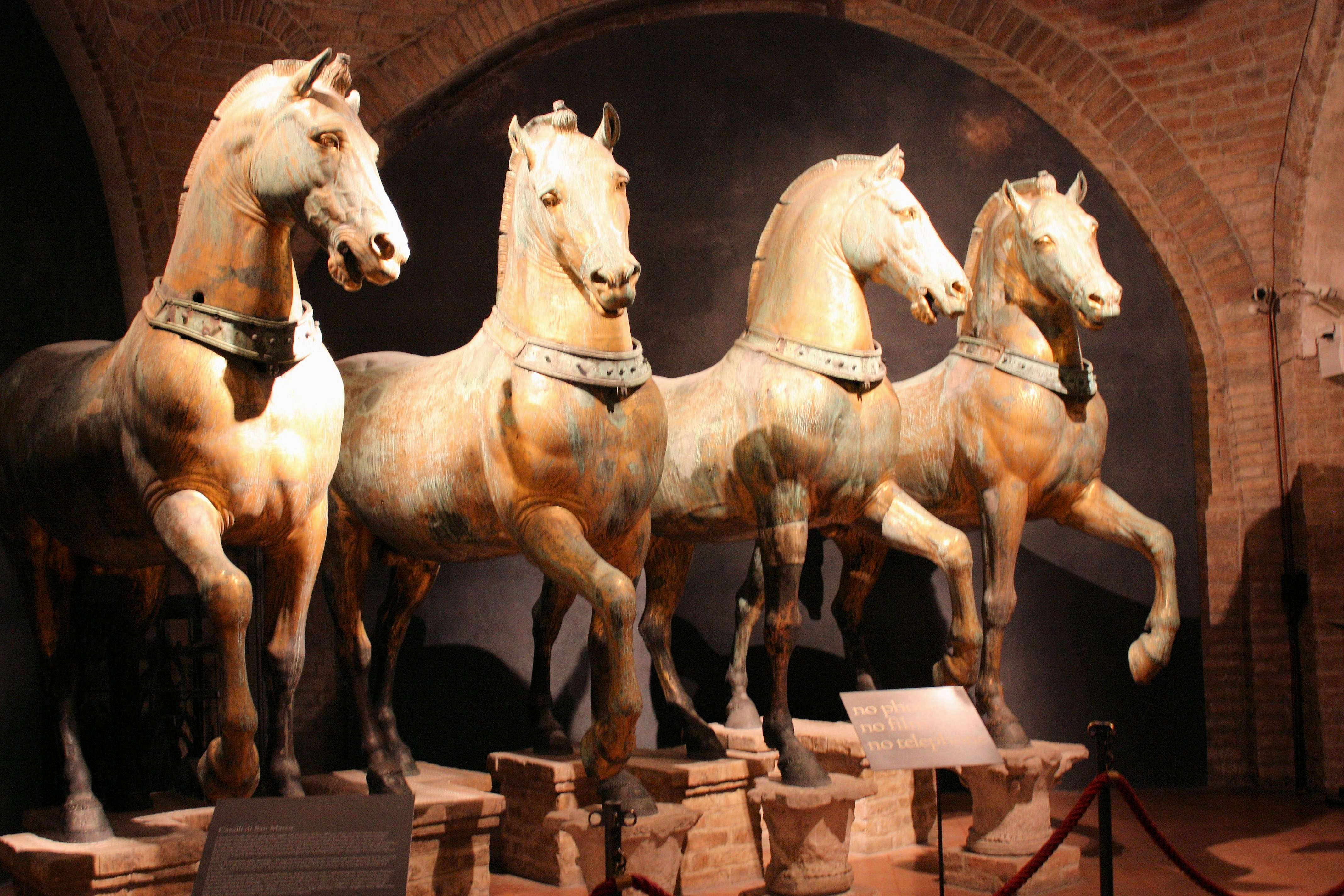 Τα Άλογα του Αγίου Μάρκου, γνωστά επίσης ως Τέθριππο Θριάμβου (Triumphal Quadriga)· τοποθετήθηκαν στην πρόσοψη στην λότζια απάνω από τα προπύλαια της Βασιλικής του Αγίου Μάρκου στη Βενετία, μετά από τη λεηλασία της Κωνσταντινούπολης το 1204. Παρέμειναν εκεί μέχρι τη λεηλασία τους από το Ναπολέοντα το 1797, αλλά επέστρεψαν το 1818.