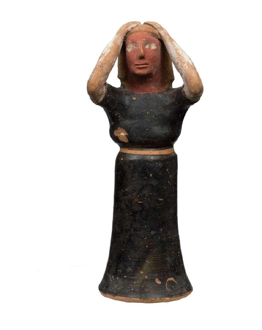 Πήλινο γυναικείο ειδώλιο που παριστάνει γυναίκα θρηνωδό. 6ος αιώνα π.Χ. Εθνικό Αρχαιολογικό Μουσείο. Clay female figurine depicting a woman mourning. 6th century BC National Archaeological Museum.