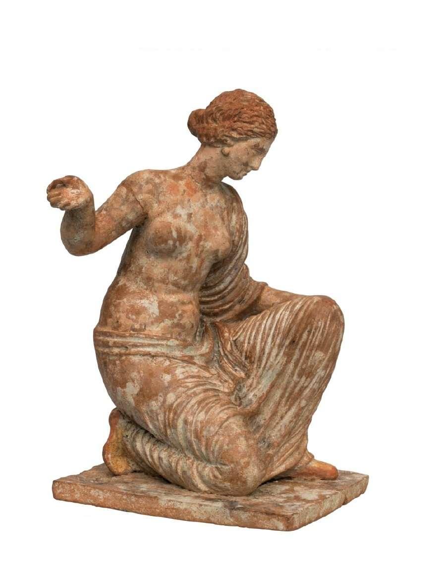Πήλινο ειδώλιο γυναικείας μορφής, πιθανόν αστραγαλίζουσας (3ος αιώνας π.Χ.) Εθνικό Αρχαιολογικό Μουσείο. Αθήνα.