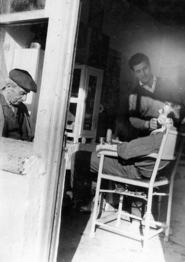 Κουρείο στα μέσα της δεκαετίας του '50. Πηγή: www.lifo.gr