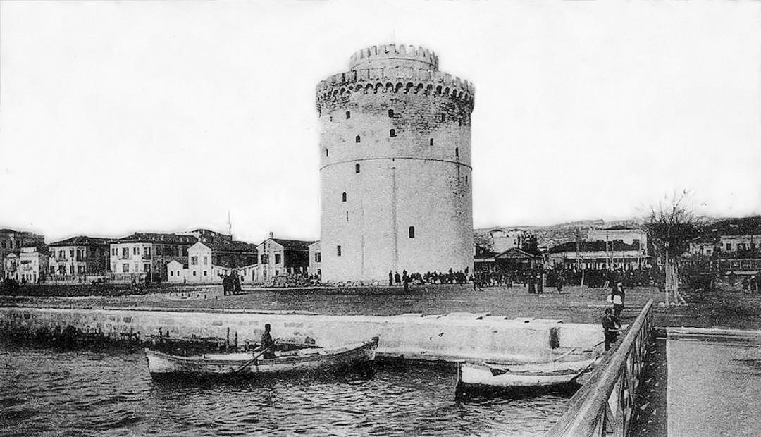 Επί τούτω ο Σουλτάνος ωργίσθη σφόδρα, μη αναγνωρίζων τοις Βενετοίς το δικαίωμα του αγοράζειν πόλιν υπό των πατέρων αυτού τοις Έλλησι δωρηθείσαν και μετά τινα έτη (τω 1430) επελθών επολιόρκει την Θεσσαλονίκην και κυριεύσας αυτήν εξ εφόδου παρέδωκεν εις σφαγήν και λεηλασίαν. Μετά την άλωσιν της Θεσσαλονίκης μετά φόβου ησθάνοντο νυν οι Έλληνες τον αυτόν κίνδυνον επικείμενον τη Κωνσταντινουπόλει. Ο Λευκός Πύργος της Θεσσαλονίκης σε παλιά φωτογραφία του 1910.