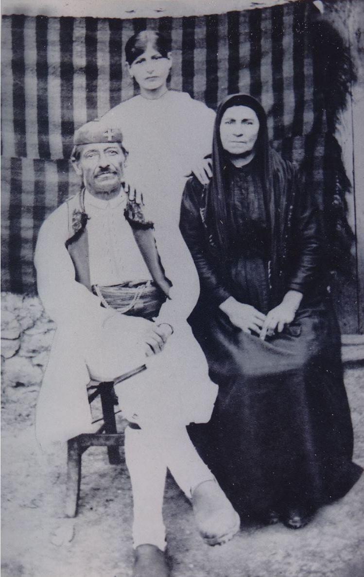 Ο προπάππους του κ. Μπούσμπουρα Κώτσιος και δίπλα του η Γιαννούλα και η Τασία