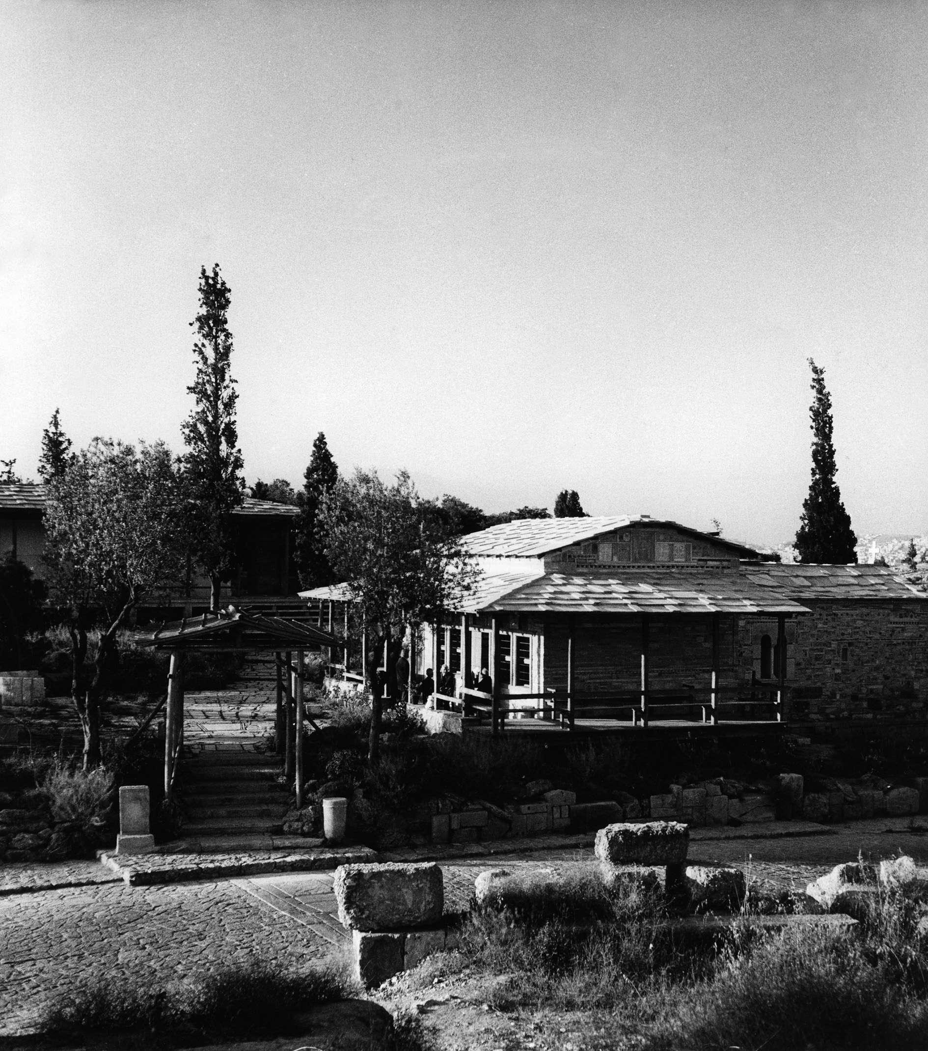 Δημήτρης Πικιώνης. Εκκλησία Αγίου Δημήτριου Λουμπαρδιάρη και αναπαυτήριο, 1954-1958: Το πρόπυλο και η εκκλησία.