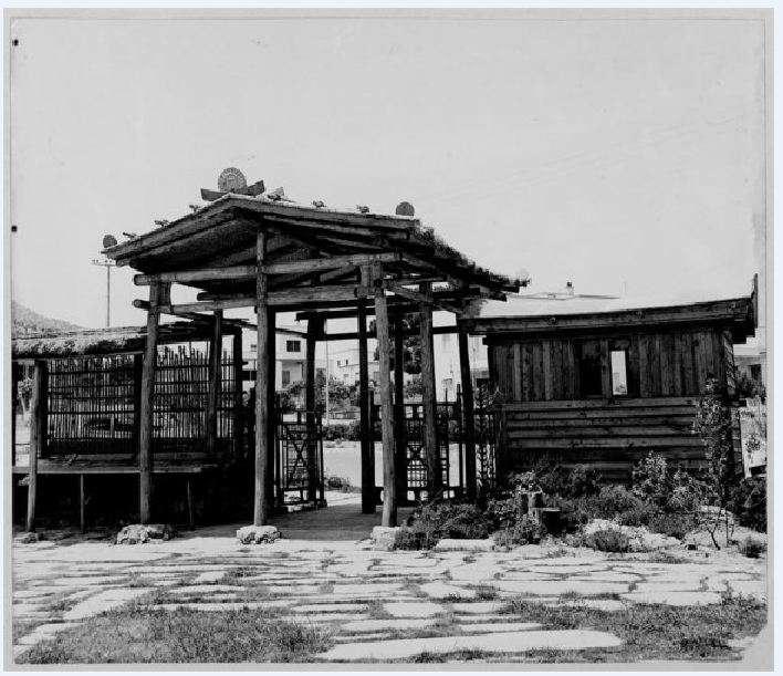 Δημήτρης Πικιώνης. Παιδική χαρά Φιλοθέης, Άποψη του προπύλου 1961 - 1965