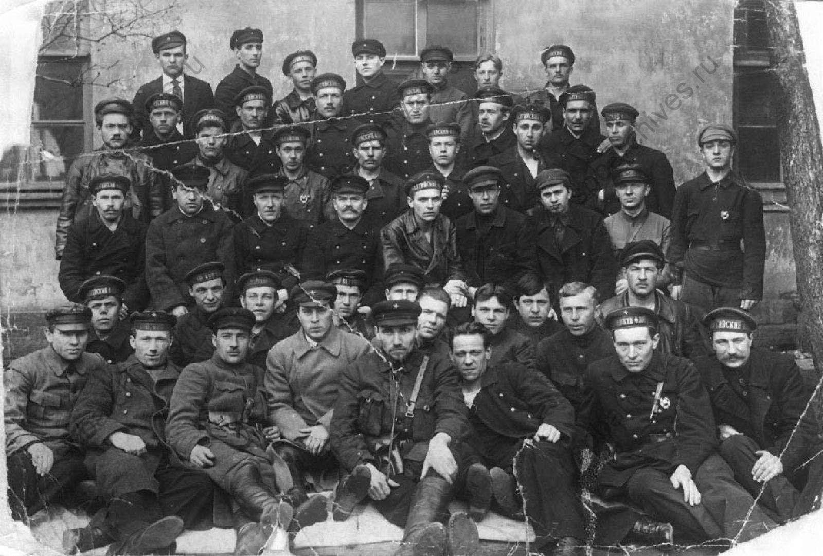 Στρατιώτες που συμμετείχαν στην καταστολή της εξέγερσης. Ο Λέων Τρότσκι έστειλε στην Κροστάνδη δύναμη 50.000 ανδρών από την Αγία Πετρούπολη. Υπό κανονικές συνθήκες, η κατάληψη του νησιού θα ήταν αδύνατη, δεδομένης της απόλυτης ναυτικής υπεροχής των εξεγερμένων. Ωστόσο, η παγωμένη θάλασσα έδωσε το πλεονέκτημα στον Κόκκινο Στρατό.