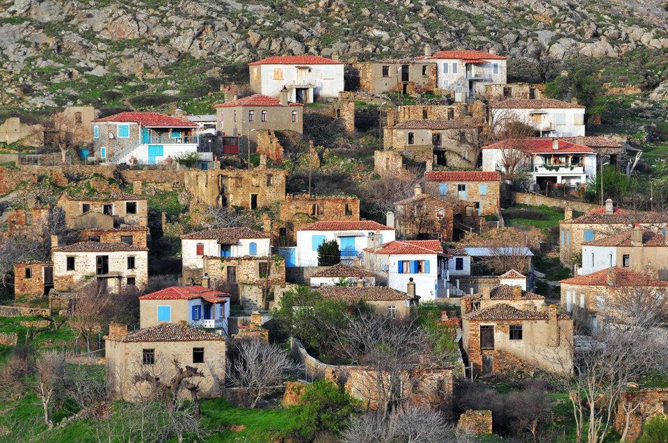 Σήμερα τα ορεινά χωριά έχουν καταρρεύσει από μόνιμο πληθυσμό. Πρωτογενής παραγωγή δεν υπάρχει. Η γεωργία σε πεζούλες, όπου μόνο το αλέτρι με υποζύγιο μπορούσε να οργώσει, έχει σταματήσει.