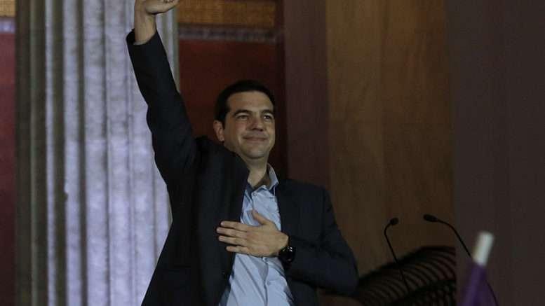 Ο πρόεδρος του ΣΥΡΙΖΑ, Αλέξης Τσίπρας χαιρετάει τον κόσμο που έχει συγκεντρωθεί  στα Προπύλαια, στην  Αθήνα, την  Κυριακή 25 Ιανουαρίου 2015, μετά τα πρώτα αποτελέσματα των βουλευτικών εκλογών. Mεγάλη διαφορά 12,5 ποσοστιαίων μονάδων του ΣΥΡΙΖΑ (37,5%) από τη δεύτερη ΝΔ (25%) δείχνουν οι δημοσκοπήσεις εξόδου (exit polls), την ώρα που έκλεισαν οι κάλπες. ΑΠΕ-ΜΠΕ/ΑΠΕ-ΜΠΕ/ΓΙΑΝΝΗΣ ΚΟΛΕΣΙΔΗΣ