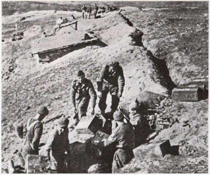 Προετοιμασία αμυντικών θέσεων του Εθνικού Στρατού, κάπου στη Στερεά Ελλάδα (1947)