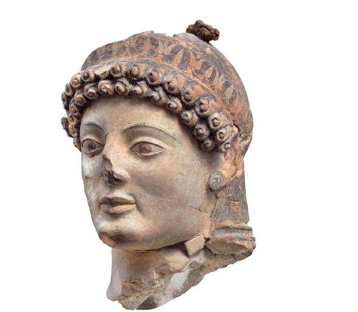 Η θεά Αθηνά· πήλινη κεφαλή. Αρχαιολογικό Μουσείο Ολυμπίας. The goddess Athena; clay head. Archaeological Museum of Olympia.
