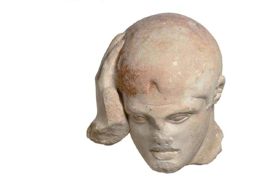 """Ο Ηρακλής «συλλογισμένος»· μετόπη από το ναό του Δία στην Ολυμπία, περ. 460 π.Χ. Αρχαιολογικό Μουσείο Ολυμπίας. Hercules """"pensive""""; metopes from the temple of Zeus in Olympia, circa 460 BC. Archaeological Museum of Olympia."""
