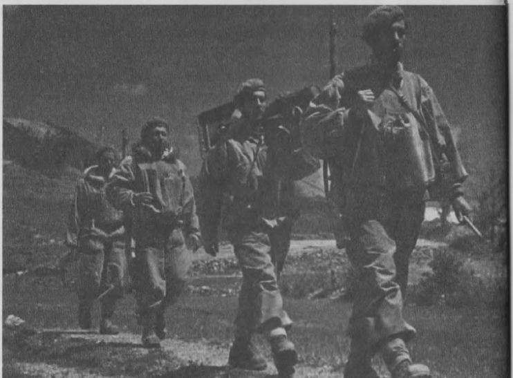 «Τέλος πάντων όμως ο κόσμος είχε αρχίσει να κουράζεται με αυτή την κατάσταση. Ήθελε να τελειώσει αυτός ο αδελφικός πόλεμος, να γυρίσουν τα παιδιά του με ειρήνη και ασφάλεια στον τόπο τους.» Φωτό: Λοκατζήδες κατά τη διάρκεια του ελληνικού εμφυλίου πολέμου.
