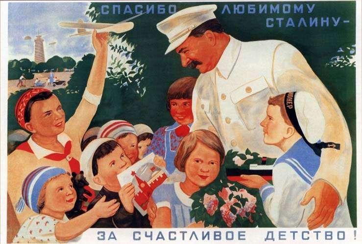 Σοβιετική αφίσα με τον Ιωσήφ Στάλιν. Μια αληθινή χιονοστιβάδα από τρομοκρατικά διατάγματα χαρακτηρίζει τα έτη 1931-32 —χρόνια αθλιότητος και τρομοκρατίας στην ύπαιθρο και φοβερής φτώχειας στις πόλεις. Το διάταγμα της 7-8-1932 επιβάλλει την ποινή του θανάτου για κάθε κλοπή εμπορευμάτων στις μεταφορές.